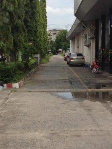 ถนนทางเข้า แปลงที่ดิน ถนนรามคำแหง เนื้อที่ 400 ตารางวา ถมที่ดินเรียบร้อย
