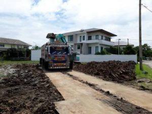 รถบรรทุกดินสิบล้อ บนแผ่นเหล็ก งานถมที่ดิน