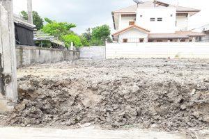 ด้านหน้าแปลงที่ดิน ถมดินเสร็จ สูงกว่าถนน 70 เซ็นติเมตร