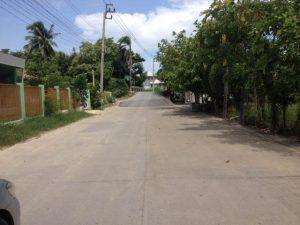 ถนนทางเข้าที่ดิน ถมที่ดินอย่างดีแล้ว ขนาด 373 ตารางวา แถวเอกชัย ซอย 50