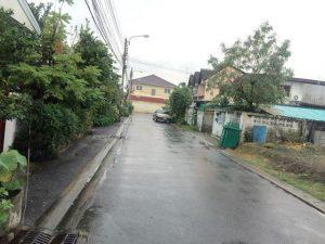 ถนนด้านหน้าที่ดิน ถมดินไว้สวยมาก โดยผู้รับเหมาถมดินมืออาชีพ พื้นที่ 66 ตารางวา สายไหม 6