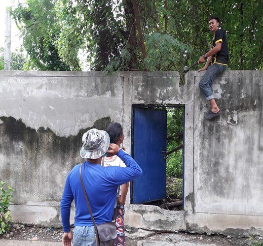 ทุบกำแพง เพื่อเปิดทางเข้า แปลงถมที่ดิน