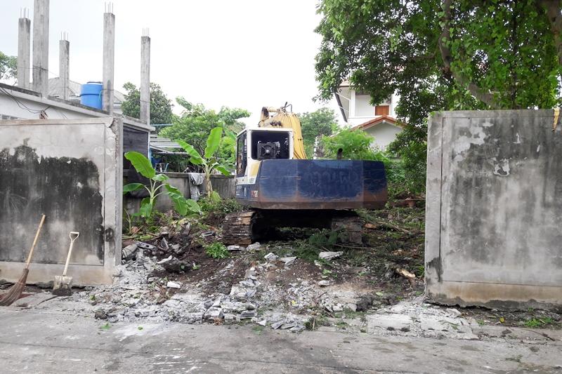 รถแม็คโคร เอาบุ้งกี๋ดันกำแพงบริเวณนั้น เพียงเล็กน้อย กำแพงก็พังลงมาอย่างง่ายดาย